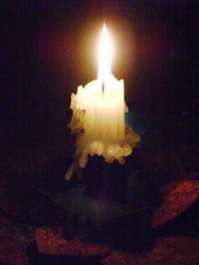 À luz de velas...